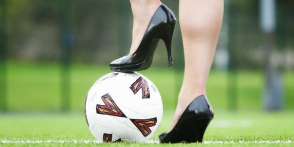 mujer-pelota-de-fuutbol